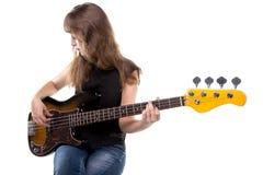 Adolescente rubio que juega en la guitarra Foto de archivo