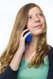 Adolescente rubio que llama por teléfono al móvil Imagen de archivo