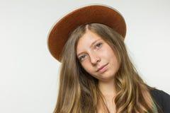 Adolescente rubio que lleva el sombrero marrón Foto de archivo libre de regalías