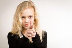 Adolescente rubio que señala el arma del finger en la cámara Fotos de archivo libres de regalías