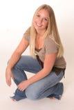 Adolescente rubio que se agacha Foto de archivo