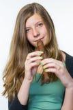 Adolescente rubio que toca la flauta Imagenes de archivo