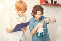 Adolescente rubio serio que hace notas Foto de archivo libre de regalías
