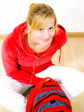 Adolescente rubio sonriente con el morral Imágenes de archivo libres de regalías