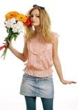 Adolescente rubio sonriente con un ramo de flores Foto de archivo libre de regalías