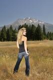 Adolescente rubio sonriente en montañas Fotos de archivo libres de regalías
