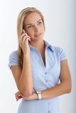 Adolescente rubio sonriente usando el teléfono celular Fotos de archivo