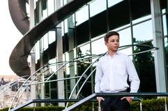 Adolescente sério perto do centro de negócios Imagem de Stock Royalty Free