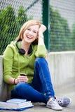 Adolescente s'asseyant à l'extérieur Image stock
