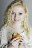 Adolescente sano comiendo una manzana Fotos de archivo libres de regalías