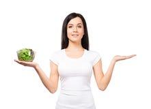 Adolescente sano con un cuenco de ensalada verde Fotografía de archivo libre de regalías