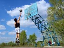 Adolescente se esfuerza después de bola Fotos de archivo