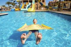 Adolescente se relaja en la gratificación del agua Fotografía de archivo libre de regalías