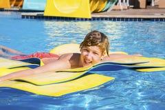 Adolescente se relaja en la gratificación del agua Foto de archivo