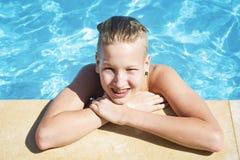 Adolescente se relaja en la piscina Imágenes de archivo libres de regalías