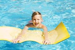 Adolescente se relaja en la piscina Fotos de archivo libres de regalías