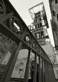 Adolescente se sienta delante de Santa Justa Lift en Lisboa, Portugal Fotos de archivo libres de regalías