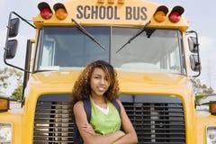 Adolescente se tenant avec des bras croisés Image libre de droits