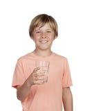 Adolescente sediento con agua para la bebida. Foto de archivo libre de regalías