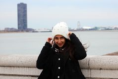 Adolescente seguro bonito dos olhos verdes com a Chicago justa no fundo imagens de stock royalty free