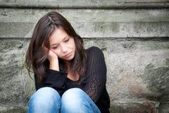 Adolescente semblant pensive au sujet des ennuis Image libre de droits