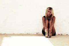 Adolescente sentado por la pared Fotografía de archivo