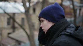 Adolescente senza tetto triste che si siede da solo, esaminando macchina fotografica, pubblicità sociale stock footage