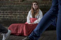 Adolescente senza tetto vulnerabile che dorme sulla via immagini stock libere da diritti