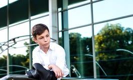 Adolescente serio cerca del centro de negocios Fotos de archivo