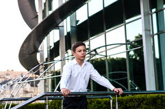Adolescente serio cerca del centro de negocios Imagenes de archivo
