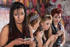 Adolescente serio con el teléfono Imagen de archivo