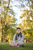 Adolescente serio con la bufanda Fotos de archivo