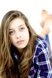 Adolescente serio con la mirada del pelo largo y de los ojos verdes Fotos de archivo