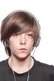 Adolescente serio con los auriculares Fotografía de archivo