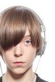 Adolescente serio con los auriculares Imagenes de archivo