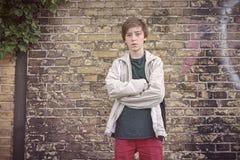 Adolescente serio con los brazos cruzados Foto de archivo libre de regalías
