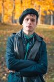 Adolescente serio en el parque soleado del otoño Imagen de archivo libre de regalías