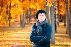 Adolescente serio en el parque soleado del otoño Fotografía de archivo