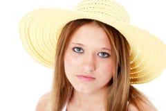 Adolescente serio hermoso en sombrero amarillo sobre blanco Imagen de archivo libre de regalías