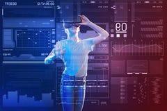 Adolescente serio que lleva el dispositivo de la realidad virtual Imagen de archivo libre de regalías