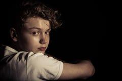 Adolescente serio que mira detrás sobre hombro Fotos de archivo libres de regalías