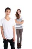 Adolescente serio que presenta con su hermana Foto de archivo libre de regalías