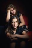 Adolescente serio y su madre triste y preocupante Fotografía de archivo