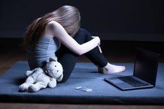 Adolescente seule avec la dépression images stock