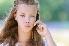 Adolescente severo che comunica sulla cella Fotografia Stock