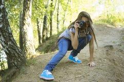 Adolescente shoting en el parque Imagen de archivo libre de regalías