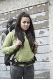 Adolescente sin hogar en la calle con la mochila Fotos de archivo