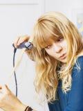Adolescente smooting su pelo Imagen de archivo libre de regalías