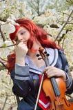 Adolescente soñador con un violín Imágenes de archivo libres de regalías