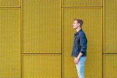 Adolescente sobre fondo del amarillo del contraste Imagen de archivo
